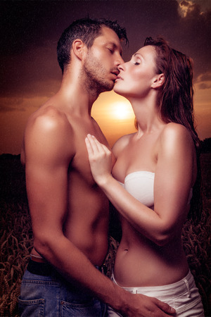 sexo pareja joven: puesta de sol Pareja sexy amor besos