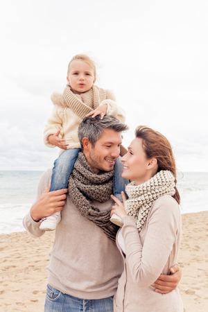 幸せ家族楽しんで季節を歩く
