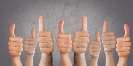 vele duimen omhoog op de achtergrond Stockfoto