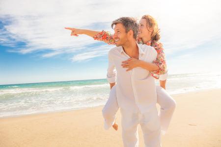 Girlfriend looking for travel destination 版權商用圖片 - 39375347