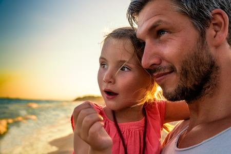 jovenes felices: padre e hijo explicar el mundo