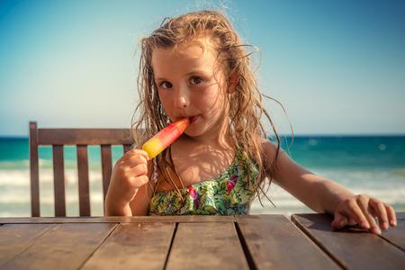 paletas de caramelo: niño en la mesa de comer helado