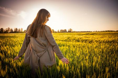 walking alone: caminando solo al sol