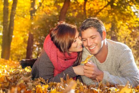 pareja adolescente: par otoño disfrutando de tiempo libre caída estacional