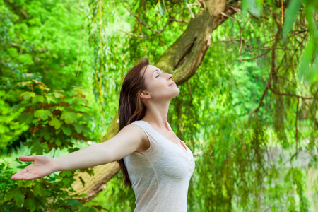 jungle green: mujer en la meditaci�n selva verde