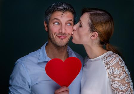 to kiss: Pares naturales besando retratos con coraz�n
