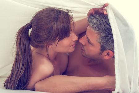 sexo pareja joven: amantes sensuales en la cama haciendo el amor