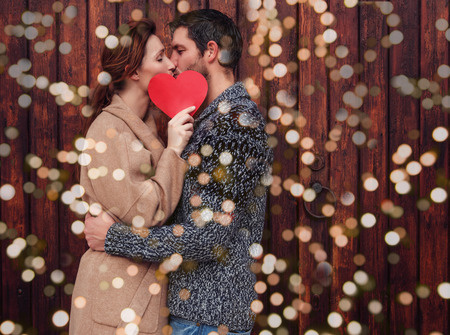 Außen Paar Herzen im Februar halten Standard-Bild - 45148375