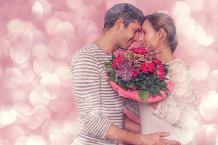 포용 여자 친구가 키스 낭만적 인 남자 친구 스톡 콘텐츠