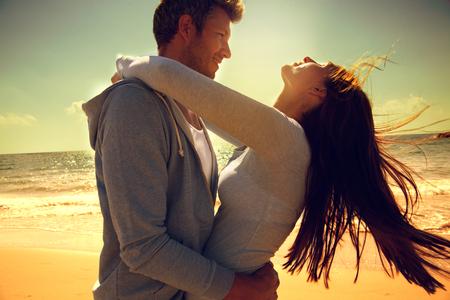 ビーチでののんきなカップルのダンスを採用 写真素材