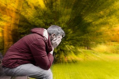 homme triste: homme triste à l'automne saison crise Banque d'images