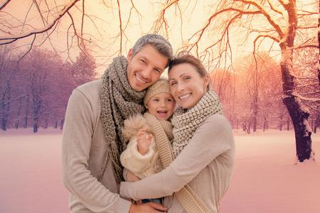 famille: l'ext�rieur de la famille dans le paysage d'hiver