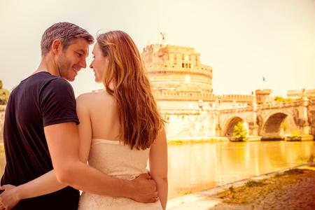 luna de miel: dos jóvenes turistas adultos en Roma