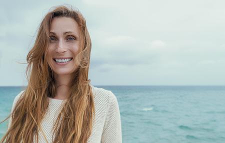 笑う女性の海岸の肖像