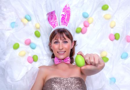lapin sexy: Femme souriante tenant des oeufs de pâques