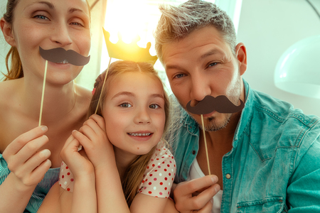 Divertimento felice della famiglia che fa selfie Archivio Fotografico - 80031239