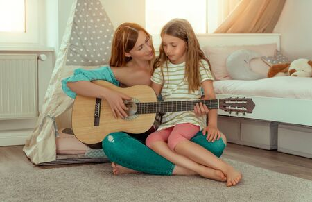 parents making music with child 版權商用圖片