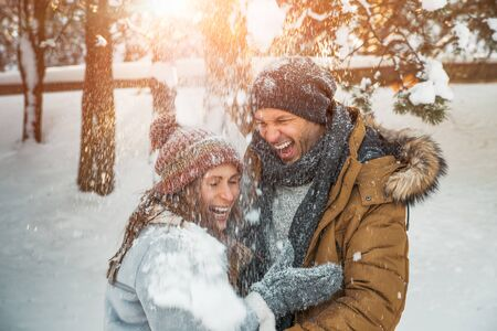 surprised falling snow couple laughing 版權商用圖片