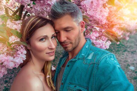 couple inside of blossom tree 版權商用圖片