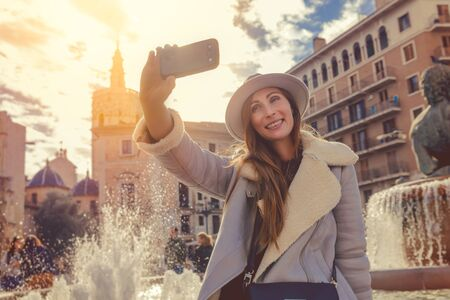 woman traveling europe cities making selfie 版權商用圖片 - 125522289
