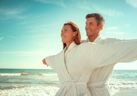 relaxing carefree beach couple outstretched arms 版權商用圖片