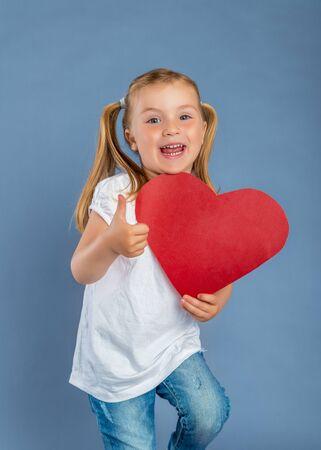 cute heart holding little girl 版權商用圖片 - 125523376