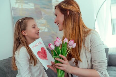 surprising mom with love message on mother´s day 版權商用圖片 - 125523387