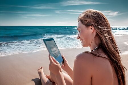 online communication on the beach with tablet 版權商用圖片