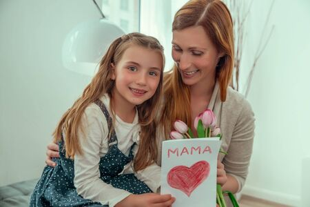 surprising mom with love message on mother´s day 版權商用圖片 - 125523415