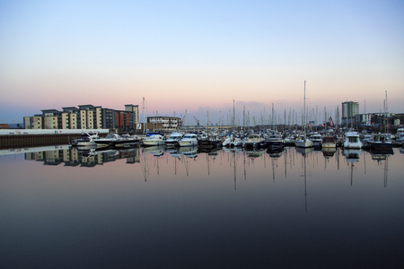 Swansea, UK: September 25, 2015: Swansea marina at night. Deep water created by the new barrage at the mouth of the River Tawe makes this new marina possible Фото со стока - 88011276