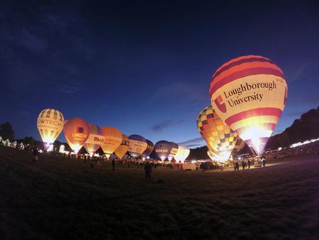 Bristol, Reino Unido: 13 de agosto de 2016: Night Glow en el Bristol International Balloon Fiesta. El evento anual se ha convertido en el festival de globos aerostáticos más grande de Europa. El globo de la Universidad de Loughborough