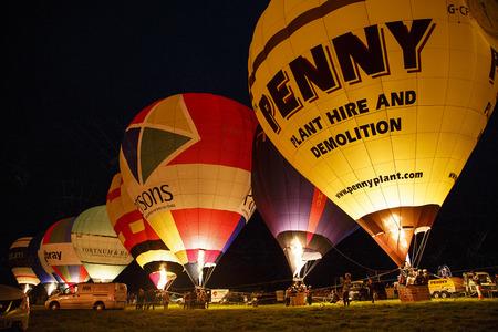 Bristol, Reino Unido: agosto de 2016: resplandor de la noche en el Bristol International Balloon Fiesta. Los globos se iluminan al ritmo de la música. El evento anual se ha convertido en el festival de globos aerostáticos más grande de Europa