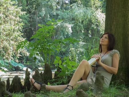 sexy girl sitting: sexy ragazza seduta sul parco