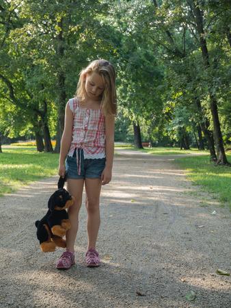 ni�os abandonados: abandonado muchacha triste en el parque