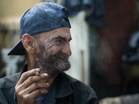 manos sucias: Hombre sin hogar con las manos sucias sonriendo