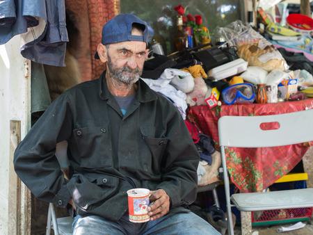 vagabundos: hombre sin hogar que se sienta en la silla