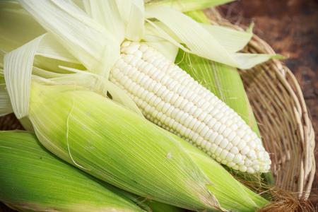 verse witte maïs op houten achtergrond