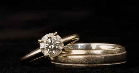 glint: anillos de bodas aislados en negro