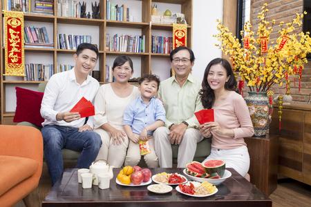 Vietnamese familie viert maan nieuwjaar Stockfoto