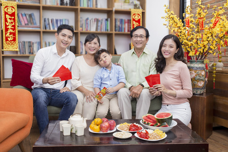 Vietnamese family celebrate lunar new year Banque d'images