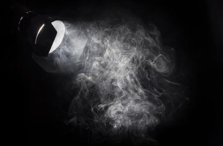 smoke: Vintage theater witte lichtstraal van de projector op een zwarte achtergrond, verhelderende smoke.Barn deuren en rooster gebruikt voor lichte regie.