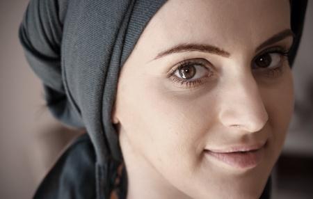 mujeres musulmanas: Retrato de la sonrisa joven mujer cauc�sica con los ojos scarf.Brown apuntando a la c�mara.