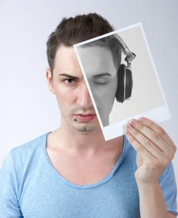 彼がディスク ジョッキー - 概念だった時の記憶、彼の頭の上、目を閉じているとヘッドフォンと彼自身のヴィンテージ写真を保持しているブルーの 写真素材