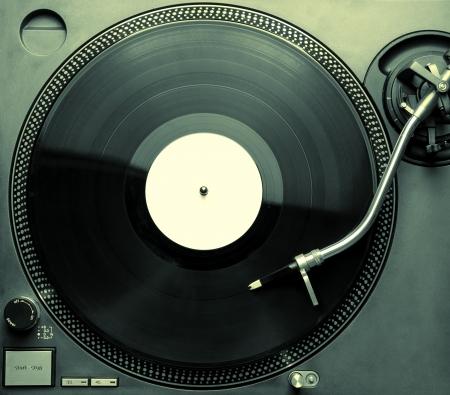 giradisco: Vista dall'alto del vecchio giradischi stile riproduzione di un brano dallo spazio nero copia in vinile per il testo