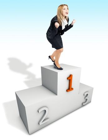 primer lugar: Mujer de negocios feliz de ser el primer lugar en el podio