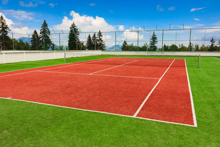 Synthetic outdoor tennis court in red and green 版權商用圖片 - 32332821