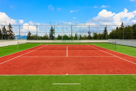 赤と緑の合成屋外テニスコート