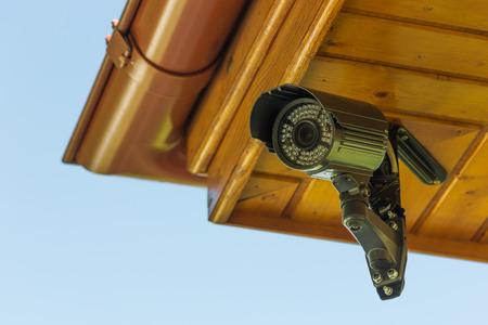 guardia de seguridad: Negro c�mara de seguridad CCTV bajo el techo