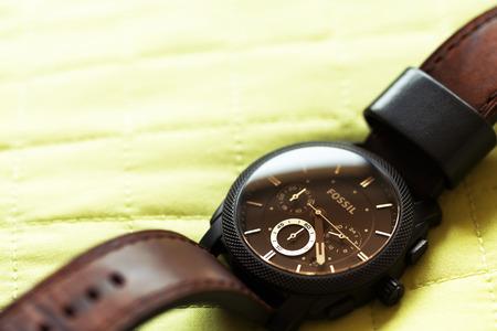 cronografo: Sfantu Gheorghe, Rumania - 23 de febrero 2015: Fósil de la máquina de tamaño medio Cronógrafo reloj de cuero. Fossil, Inc. es un diseñador y fabricante de ropa y accesorios, con sede en Richardson, Texas, Estados Unidos.