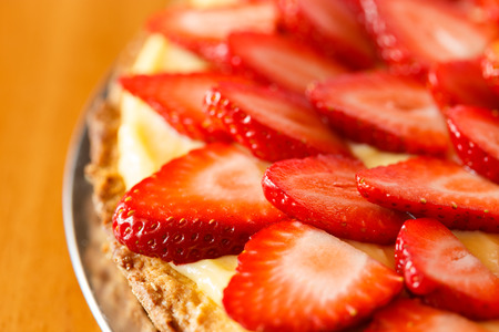 Delicious strawberry tart on table Imagens